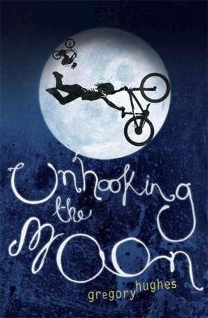 Unhooking the Moon de Gregory Hughes